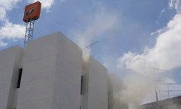 """ควันโขมง! ไฟไหม้ """"ธนาคารธนชาต สาขาตลาดแม่กลอง"""" ต้นเพลิงเป็นห้องเอกสาร"""