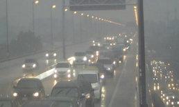 ชีวิตดีๆ ของคนกรุงฯ วันศุกร์สิ้นเดือน ฝนเทกระหน่ำ รถติดหนึบ