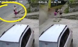 คลิประทึก สองแม่ลูกวิ่งหลบ รถบรรทุกพุ่งชนท้ายรถเมล์ กำลังจอดรับ