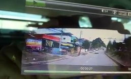 หวิดสลด! กล้องหน้ารถจับภาพวินาที รถจยย.ถูกรถเก๋งชนเข้าอย่างจัง (มีคลิป)