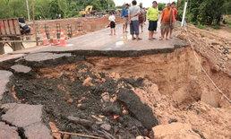 ฝนถล่มน้ำกัดเซาะถนนสายหลักขาด เร่งสร้างสะพานชั่วคราวให้ชาวบ้านสัญจรด่วน