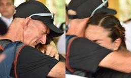 """ใจจะขาด ภาพเศร้าฝรั่งโผกอดภรรยา """"จ่าแซม"""" ก่อนจะร้องไห้ไปด้วยกัน"""