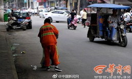 คนกวาดถนนจีน ถูกหักเงินเดือน 4,500 บาท เพราะถนนยังมีก้นบุหรี่
