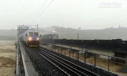 จีนใช้รถไฟสินค้าหนัก 7,000 ตัน จอดกดสะพานสู้น้ำเชี่ยวกรากจากพายุฝนถล่ม