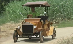 """สุดเจ๋ง! ช่างเฟอร์นิเจอร์สร้าง """"รถไม้โบราณ"""" วิ่งฉิวเป็นคันที่ 3 แล้ว"""