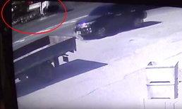 รถบรรทุกยางระเบิด 2 ล้อ-พลิกคว่ำหลายตลบ แต่คนขับรอดปาฏิหาริย์
