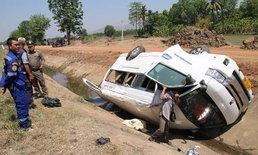 รถตู้โดนกระบะเสยตกคลอง-แรงงานเมียนมานับสิบหวิดดับหมู่ โชคดีน้ำในคลองแห้ง