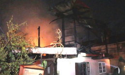 อากาศร้อนจัด-สายไฟลัดวงจร เกิดประกายไฟลุกไหม้บ้านแม่ค้าขนมหวานวอดทั้งหลัง