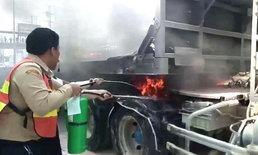 ยางรถพ่วงระเบิด! ไฟลุกหัวลากหน้าตลาดบางใหญ่ โชเฟอร์ผวาโดดหนีหวิดถูกคลอก