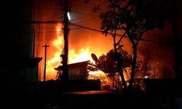ไฟไหม้ชุมชนด้านหลังวัดเปรมประชากร ปทุมธานี วอดวายบ้านเรือน