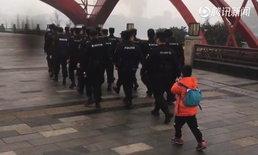 เป็นตำรวจเหนื่อยจัง เด็กชาย 6 ขวบ กอดขาอ้อนพ่อ หลังเดินลาดตระเวน 10 กม.