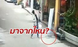 แทบช็อก ชายจีนเดินริมถนน เจอมีดหล่นจากฟ้า หวิดโดนเสียบหัว