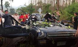 ระทึก! พายุฤดูร้อนพัดต้นไม้ใหญ่ ล้มทับรถยนต์ ชาวบ้านบาดเจ็บ 4 ราย ที่ อ.แม่แตง
