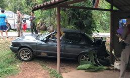 ตำรวจเสียท่า-ควบเก๋งชน 3 ล้อเครื่อง ก่อนรถไหลถอยหลังเสยบ้านเรือนประชาชน