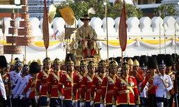พสกนิกรปลื้มปีติ 7 ชั่วโมงประวัติศาสตร์ เฝ้าชมขบวนเสด็จพระราชดำเนินเลียบพระนคร
