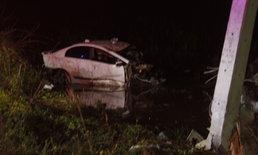 น่าเศร้า หนุ่มขับเก๋งหลับในชนเสาไฟฟ้า รถขาดสองท่อนเสียชีวิตคาที่