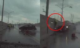 รอดตายเพราะจัมพ์! เก๋งฝ่าฝนพุ่งชนข้างทาง ตำรวจตั้งสติโดดขึ้นกำแพง