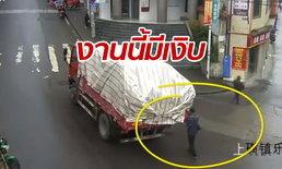ชายจีนมัวเล่นมือถือ เดินชนท้ายรถบรรทุกหัวแตก โวยคนขับถอยชน (มีคลิป)