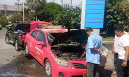 ระทึก! ไฟไหม้รถแท็กซี่ปั๊มแก๊สห้าแยกปากเกร็ด คาดระบบเครื่องยนต์มีปัญหา