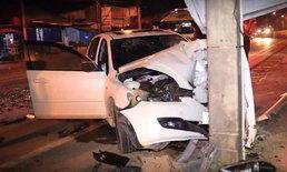 แฟนหนุ่มนักเรียนตำรวจวูบหลับ รถชนเสาไฟฟ้า แฟนสาวขาหัก 2 ข้าง