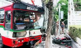 รถเมล์ 205 เสียหลักพุ่งชนเสาไฟฟ้า ถ.พระราม 3 บาดเจ็บ 2 ราย