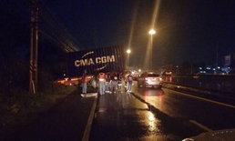 ฝนตกถนนลื่น รถบรรทุกตู้คอนเทนเนอร์หมุนตกข้างถนน-เคราะห์ดีไร้คนเจ็บ