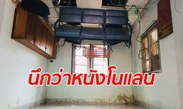 หนุ่มอาสาสุดทึ่ง เจ้าของบ้านขนของหนีน้ำท่วมไว้บนเพดาน ภาพอย่างกับฉากในหนัง