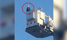"""อเมริกันฮือฮา """"นกเหยี่ยว"""" บินโฉบระหว่างพิธีรำลึกเหตุการณ์ 9/11"""