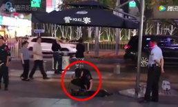 สุนัขตำรวจเหนื่อยจัดนอนฟุบ ตำรวจคู่หูนั่งปลอบขวัญ จนฮึดสู้ลุกยืนอีกครั้ง