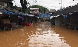 """เชียงรายฝนตกหนัก """"แม่น้ำสาย"""" เพิ่มปริมาณสูง ไหลท่วมร้านค้าและถนน"""