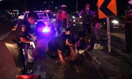 สาวลาวซ้อน จยย.หนุ่มไทยเกิดซิ่งแหกโค้งร่างฟาดป้ายจราจรดับ 1 เจ็บ 1