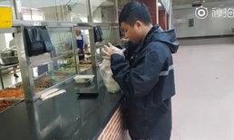 """หน่วยกล้าตาย หนุ่มจีนฝ่าไต้ฝุ่นมังคุดไปซื้อข้าวให้เพื่อน ชี้อย่างมากก็แค่ """"คลานกลับ"""""""