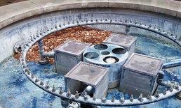 ศิลปินอังกฤษวางเหรียญเพนนี 1 แสนเหรียญในบ่อน้ำพุ แค่ 2 วันหายเกือบหมด