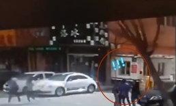 ช็อก ครอบครัวจีน 5 คนยืนรอรถริมถนน จู่ๆ ต้นไม้ด้านข้างล้มทับ