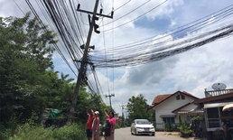 """หวาดเสียว! ชาวบ้านโอด """"เสาไฟฟ้าแรงสูง"""" เอียงนานหลายปี วอนหน่วยงานซ่อมด่วน"""