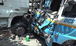 ยักษ์ชนยักษ์! รถบรรทุก 18 ล้อ ชนประสานงารถ 6 ล้อ บาดเจ็บสาหัส 3 ราย