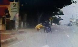 ป้าใจเด็ด! นาทีแม่ค้าลูกชิ้นถูกกระชากสร้อย วิ่งตามรถจักรยานยนต์คนร้ายไม่คิดชีวิต (คลิป)