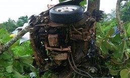 รถขาดเป็น 2 ท่อน! นักศึกษาซิ่งเก๋งฝ่าฝนชนต้นไม้ ดับคาที่ 3 ศพ