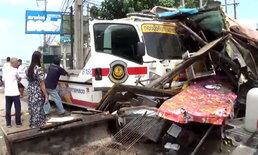ชนระนาว! เก๋งพุ่งชนท้ายรถจอดเสียข้างทาง รถตำรวจชะลอดูสิบล้อชนต่อเสยร้านไก่ย่างพังยับ