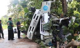 2 หนุ่มขับรถห้องเย็นบริษัทนมชื่อดังชนต้นสัก หลังคาฉีกขาด เสียชีวิตทั้งสองราย
