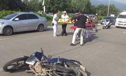 สามพ่อแม่ลูกขี่จักรยานยนต์เสียหลัก เฉี่ยวล้อรถบัสล้มเจ็บสาหัส
