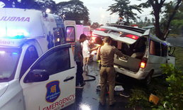 รถตู้ขาล่องทับสะแกพุ่งชนต้นไม้ ผู้โดยสารเจ็บยกคัน-เหตุโชเฟอร์หลับใน