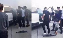 สองครูจีนช่วยเด็กน้อย ติดในรถไฟไหม้ควันโขมง หลังถูกพ่อแม่ทิ้งไว้คนเดียว