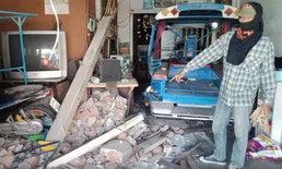 หนุ่มเมาปลิ้น ซิ่งกระบะชนบ้านเรือนประชาชนพังยับ-เจ้าของบ้านหวิดดับ