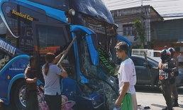 ขบวนรถบัสนำนักเรียนเข้าค่าย เจอเก๋งเบรกกะทันหัน ชนท้ายกันเองอย่างจัง