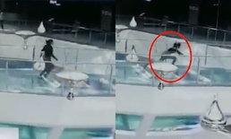 ช็อก หญิงจีนวิ่งล้ม ตกบ่อฉลามกลางสะพานกระจกในห้างสรรพสินค้า