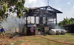 """ไฟไหม้บ้าน """"ยายวัย 67 ปี"""" โชคดีวิ่งออกจากบ้านทัน แต่ทรัพย์สินถูกไฟไหม้หมด"""