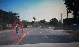 เตือนภัย-ข้ามถนนไม่ดูรถ บีบแตรใส่ก็แล้วยังวิ่งข้าม โชคดีหักหลบทันหวิดเกิดเหตุสลด