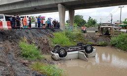 สลด-รถยนต์เสียหลักตกคลอง คนขับเสียชีวิต คาดไม่ชำนาญเส้นทาง-ก่อสร้างยังไม่เสร็จ