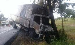 """ระทึก! ไฟไหม้ """"รถบรรทุก 6 ล้อ"""" ขณะวิ่งอยู่บนถนนมิตรภาพ โชคดีไม่มีใครได้รับบาดเจ็บ"""